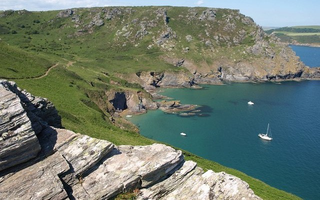 Photo of the coast and sea with boats in the bay at Starehole Bay near Salcombe