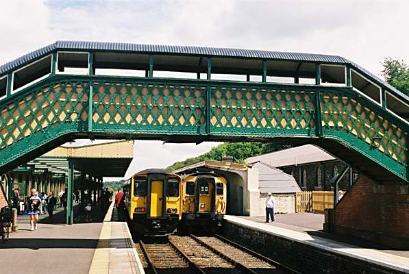 Photo of the footbridge and trains at Okehampton station