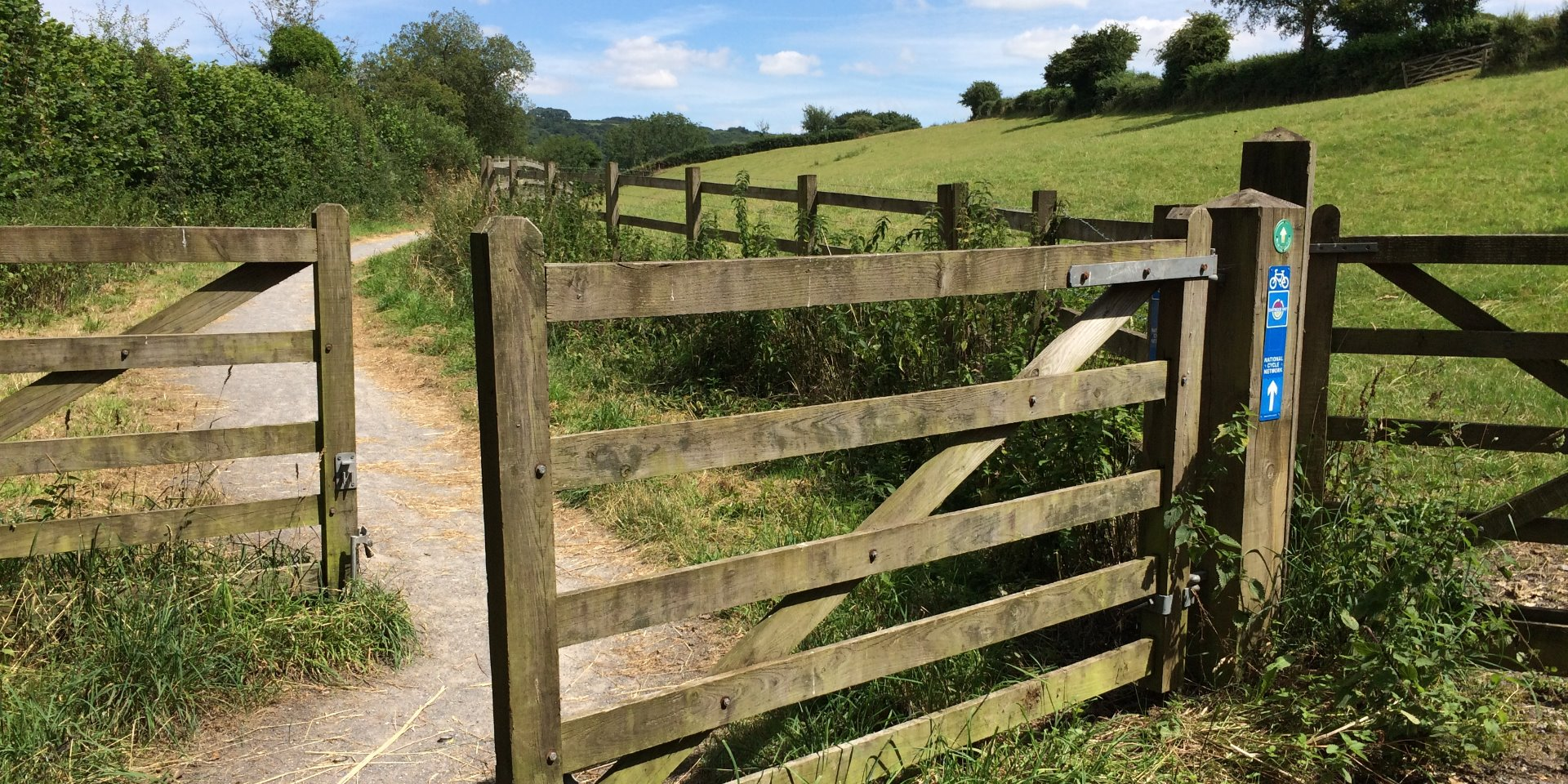 Photo of the footpath and gate at the start of the Wray Valley Trail at Moretonhampstead